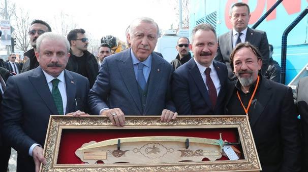 Cumhurbaşkanı Erdoğan'a Kanuni kılıcı hediye etti