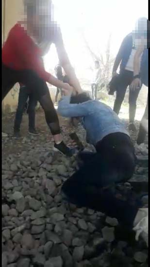 Kızı saçlarından tutup tekme tokat dövdüler, dehşeti kaydettiler