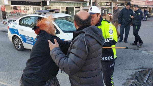 Sürücü araca, 78 yaşındaki annesi polise saldırdı!