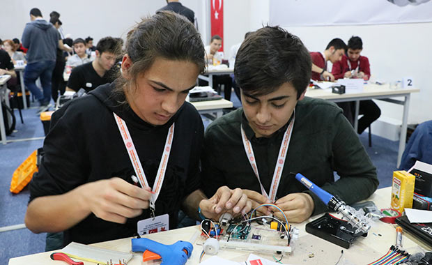 Öğrenciler 8 saatte robot yapıp yarıştırıyor!