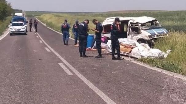 İşçileri taşıyan minibüs devrildi! Ölü ve yaralılar var