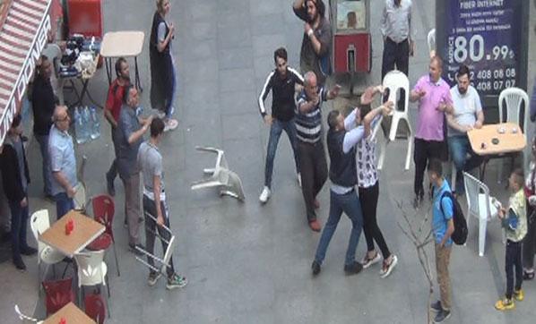 Çorlu'da iki kişi arasında nedeni belirlenmeyen bir tartışma kavgaya dönüştü. Tarafların bir birlerine sandalyelerle saldırması ise kameralara yansıdı. ile ilgili görsel sonucu