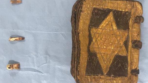 Tarihi kitap ele geçirildi! 1500 yıllık, 17 deri sayfalı, kenarları altın...