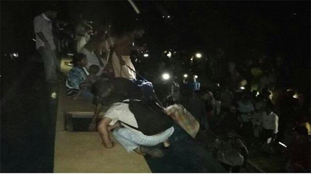 Yüzlerce can kaybı olmasından korkuluyor! Bangladeş'te yolcu treni nehre düştü