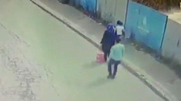 Çocuğuyla birlikte yürüyen kadına gizlice yaklaştı! 'Pes' dedirten görüntü