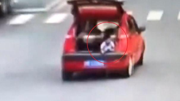 Çocuk yolda bagaj kapısını açtı, annenin haberi olmadı!