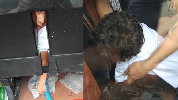 Minibüste kolu sıkışan çocuğu kurtarma çabası kamerada